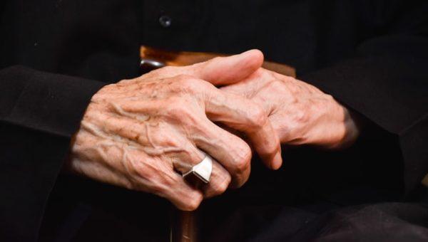 Zwei übereinandergelegte Hände