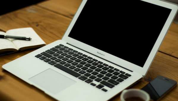 Schreibtisch mit Laptop
